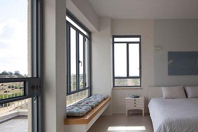 חדר השינה של ההורים עם ספסל המשקיף לנוף (צילום: עמית גירון) (צילום: עמית גירון)