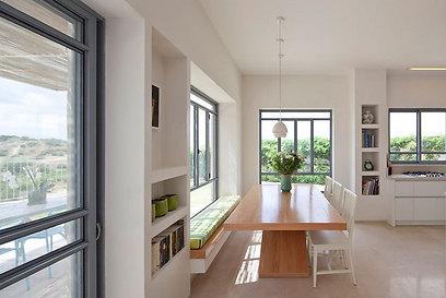 פינת אוכל. באדני החלונות הוקמו ספסלי ישיבה החוזרים בכמה מקומות בבית (צילום: עמית גירון) (צילום: עמית גירון)