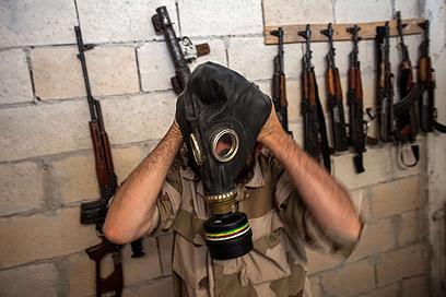 מורד מודד מסכת גז, שלל מצבא סוריה (צילום: AFP) (צילום: AFP)