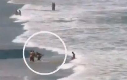 הנערה נמשתה אל החוף כשהיא סובלת מפציעות קשות ()