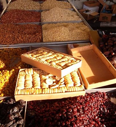 סוחרים מציגים את מרכולתם. פירות יבשים בשוק השבת (צילום: אמנון גופר) (צילום: אמנון גופר)