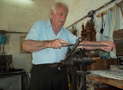 דורות על דורות של נפחים. שאהין והסכינים שלו (צילום: אמנון גופר) (צילום: אמנון גופר)