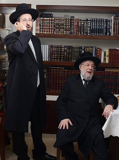 אבי, בנו: הרב ישראל מאיר לאו והרב דוד לאו (צילום: יובל חן) (צילום: יובל חן)