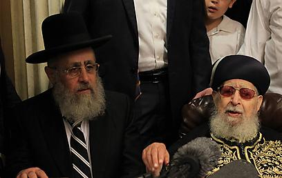 בנו, אביו: הרב עובדיה יוסף והבן, הרב יצחק (צילום: גיל יוחנן) (צילום: גיל יוחנן)