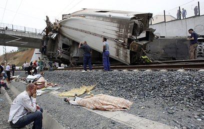 """""""הרכבת נסעה כל כך מהר"""". זירת התאונה בספרד (צילום: רויטרס) (צילום: רויטרס)"""