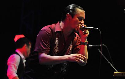 אוכל את המיקרופון. מייק פאטון על הבמה בנוקיה (צילומים: ירון ברנר) (צילום: ירון ברנר) (צילום: ירון ברנר)