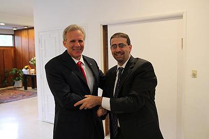 "עם שגריר ארה""ב בתל אביב דן שפירו ()"