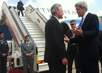 עם מזכיר המדינה קרי בביקור אובמה בישראל ()