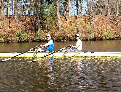 חותר בנהר הפוטומק עם אשתו סאלי. מקום המפלט שלו ()