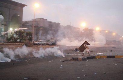המהומות פרצו לאחר שהמשטרה ניסתה לפזר מפגינים בגז מדמיע (צילום: רויטרס) (צילום: רויטרס)
