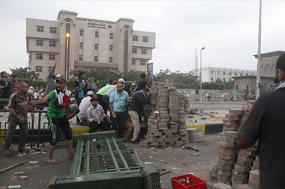 המפגינים בנאסר סיטי בקהיר, לפנות בוקר (צילום: רויטרס) (צילום: רויטרס)