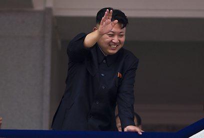 קים ג'ונג און מנופף לקהל (צילום: AP) (צילום: AP)