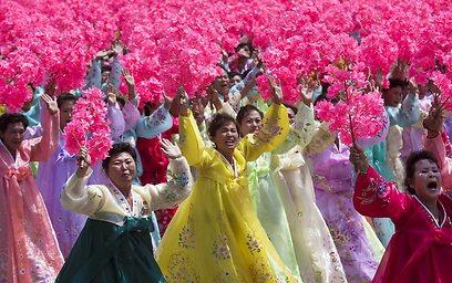 לא רק חיילים. רקדניות בלבוש מסורתי (צילום: AP) (צילום: AP)