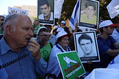 """""""הציבור רוצה צדק"""". מאיר אינדור בהפגנה, הבוקר (צילום: גיל יוחנן) (צילום: גיל יוחנן)"""