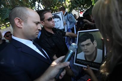 """""""מחבלים צריך לחסל"""". בנט בהפגנה (צילום: גיל יוחנן) (צילום: גיל יוחנן)"""