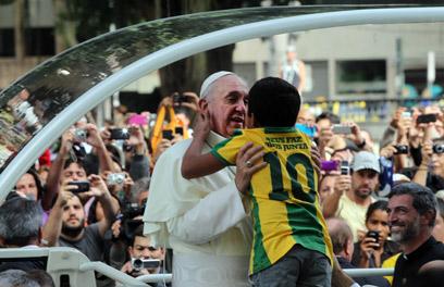לא ראה תעודת זהות שמצהירה על הומואיות. האפיפיור בברזיל (צילום: MCT) (צילום: MCT)