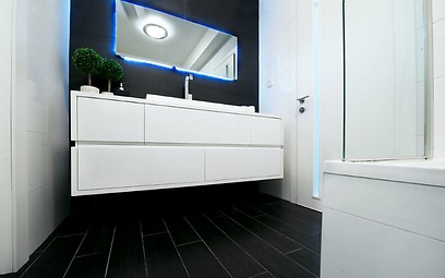 דלפק לבן מרחף וריצוף גרניט פורצלן בחדר הרחצה (צילום: אופיר הראל) (צילום: אופיר הראל)