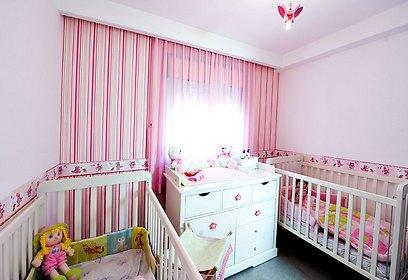 חדר שינה של התאומות הקטנות במראה קלאסי וצבעוני (צילום: אופיר הראל) (צילום: אופיר הראל)