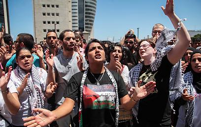 מפגינים מחוץ לבית המשפט, היום בחיפה (צילום: אבישג שאר ישוב) (צילום: אבישג שאר ישוב)