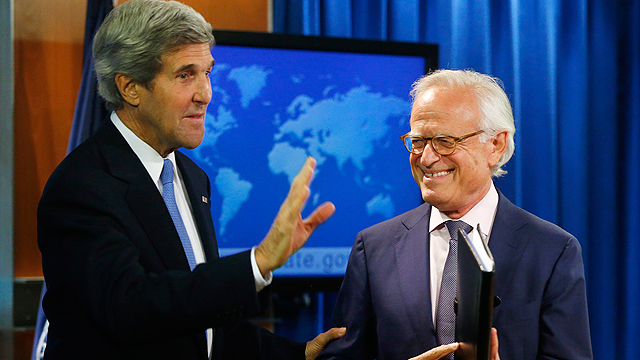 US Secretary of State John Kerry and Martin Indyk at the US Embassy at a joint press conference (Photo:AP/Archive)