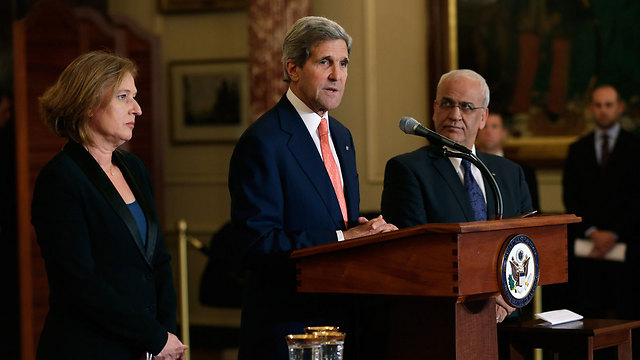 Kerry with Israeli negotiator Livni (left) and Palestinian negotiator Erekat announcing the beginning of peace talks in July 2013 (Photo: AFP)