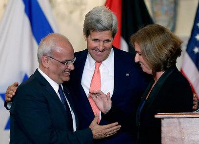 Peacemaker: John Kerry with Saeb Erekat and Tzipi Livni (Photo: Reuters) (Photo: Reuters)