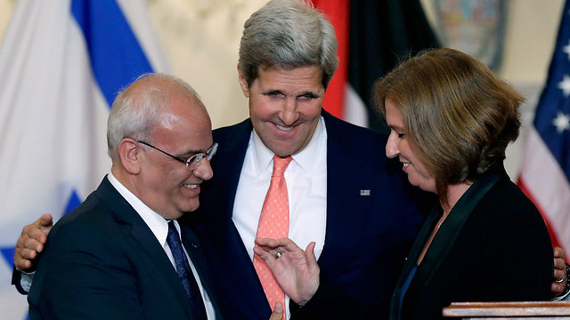 PA's Erekat (L) with Kerry and Livni (Photo: Reuters)