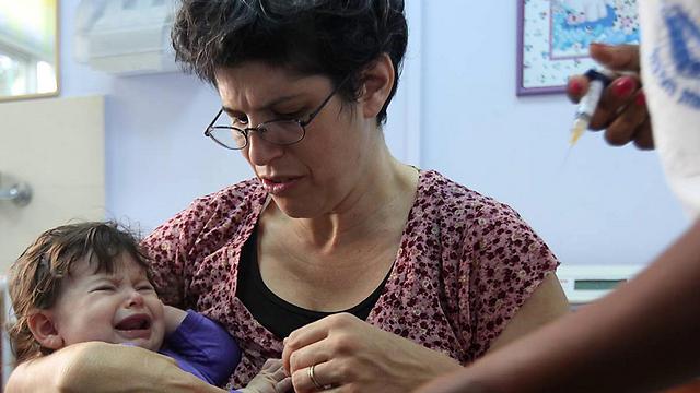 חיסון בטיפת חלב בירושלים (צילום: גיל יוחנן) (צילום: גיל יוחנן)