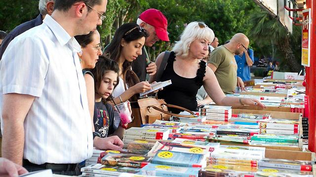 Visitors browse at Hebrew Book Week 2013 (Photo: Ofer Amram)