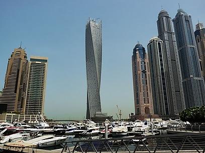 בנייני ענק תופסים את קו הרקיע. הבניין המסתובב של גו׳מיירה (צילום: יוסי פישר) (צילום: יוסי פישר)