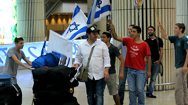New immigrants arriving in Israel from France (Photo: IECJ)