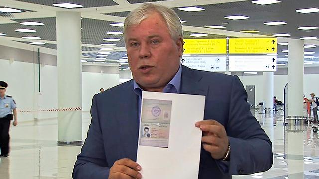 עורך דינו של סנואודן מציג את אישור המקלט בשדה התעופה (צילום: AP)