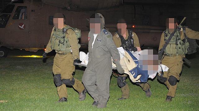 הפצועים הועברו במסוק לבית החולים סורוקה (צילום: הרצל יוסף) (צילום: הרצל יוסף)