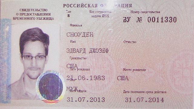 מסמכי הפליט שהעניקה רוסיה לסנואודן (צילום: רויטרס) (צילום: רויטרס)