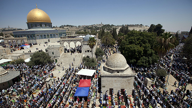 Palestinians praying at Temple Mount (Photo: AFP)