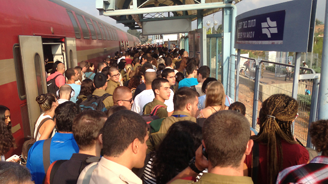 עיצומים ברכבת. תחבורה ציבורית אינה מהווה פתרון יעיל (צילום: חיליק סימני)