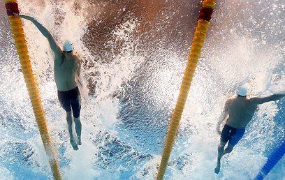 גיא ברנע בצד ימין לצד קמיל לקורט המנצח במהלך המשחה (צילום: AP) (צילום: AP)