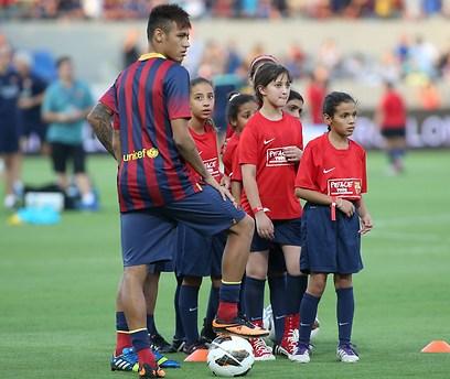 Neymar with Peres Center kids (Photo: Reuven Schwartz)
