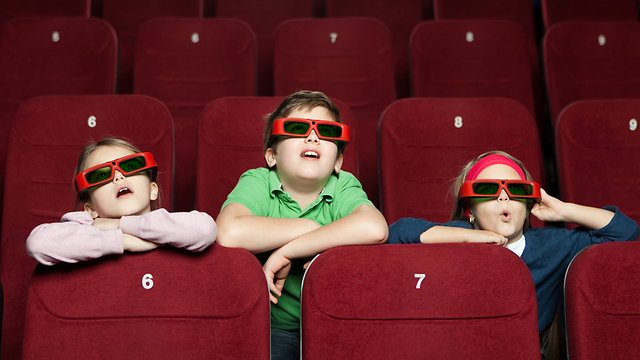 הקץ לעמלות רכשית הכרטיסים אונליין? ילדים בקולנוע (צילום: shutterstock) (צילום: shutterstock)