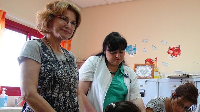 החליטו להרחיב. שרת הבריאות גרמן במבצע החיסונים בדרום (צילום: אפרים בראל) (צילום: אפרים בראל)