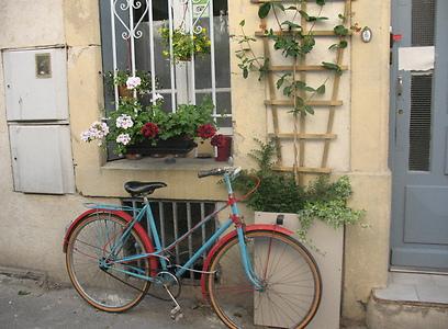 סמטאות קטנות כמיטב המסורת הצרפתית. חזית בניין בארל (צילום: שחר חי) (צילום: שחר חי)