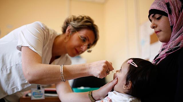 """מתחסנים ברהט. """"קריטי להשלים את החיסון בדרום""""  (צילום: רויטרס) (צילום: רויטרס)"""