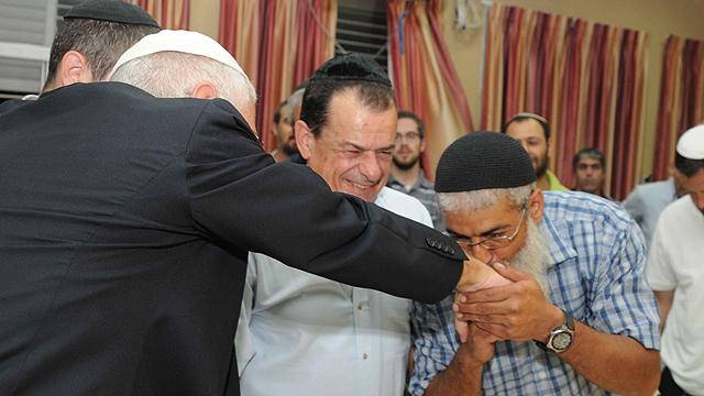 """""""המאבק שלנו הרחיק בסופו של דבר את הפתרון"""". תומכים ברב אלון לאחר ההרשעה (צילום: אביהו שפירא) (צילום: אביהו שפירא)"""