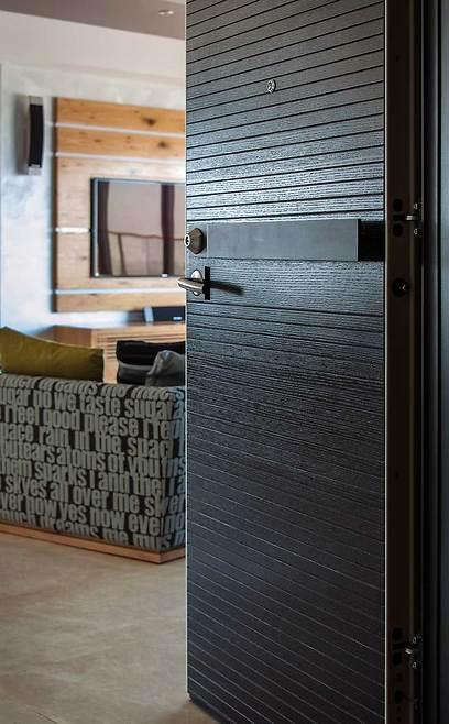 דלת הכניסה לבית מרמזת על העיצוב הייחודי (צילום: אסף הבר) (צילום: אסף הבר)