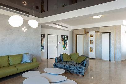 החלל הציבורי של הבית כולל מאפיינים עיצוביים המשתקפים מהנוף של רמת גן (צילום: אסף הבר) (צילום: אסף הבר)