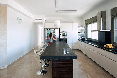 המטבח תוכנן בצורה מרווחת עם אי ישיבה גדול במיוחד (צילום: אסף הבר) (צילום: אסף הבר)