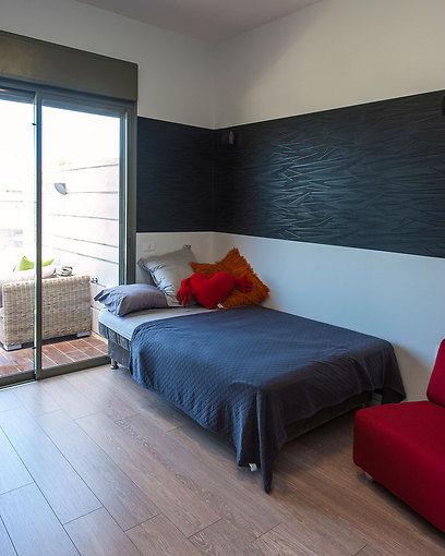 חדרי השינה חופו בפרקט ונעשה שימוש בטפטים כאלמנטים דקורטיביים (צילום: אסף הבר) (צילום: אסף הבר)