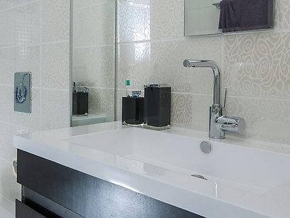 בחדר האמבטיה נבחרו אריחים דקורטיביים שמכניסים עניין לחלל הקטן (צילום: אסף הבר) (צילום: אסף הבר)
