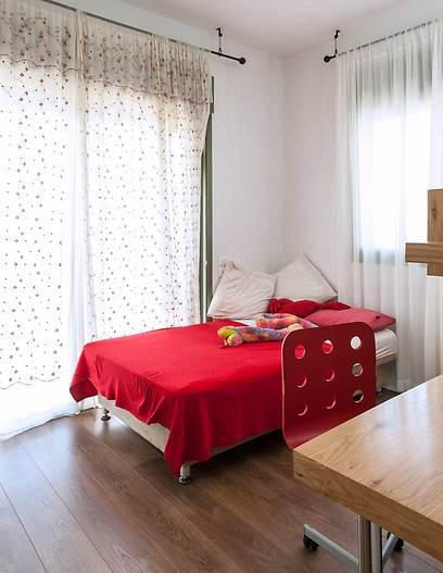 בחדר הבת הקטנה נעשה שימוש בגוונים חמים ווילונות עדינים (צילום: אסף הבר) (צילום: אסף הבר)