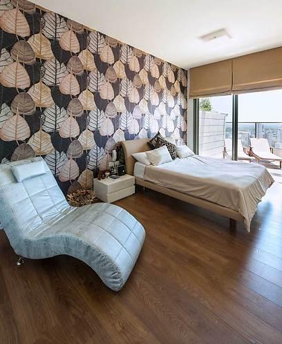 חדר ההורים עוצב בגוונים חמים עם טפט עלים דומיננטי (צילום: אסף הבר) (צילום: אסף הבר)